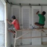 Pengerjaan Finishing Pintu Garasi di Proyek